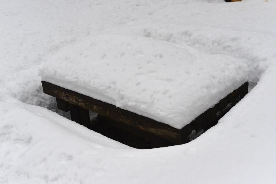雪に埋まるテーブル
