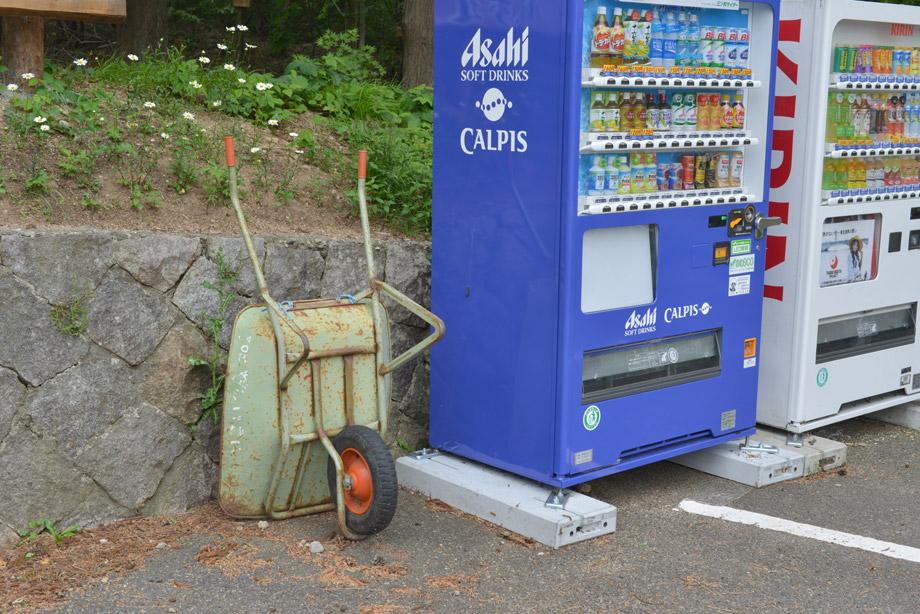 自販機脇に一輪車