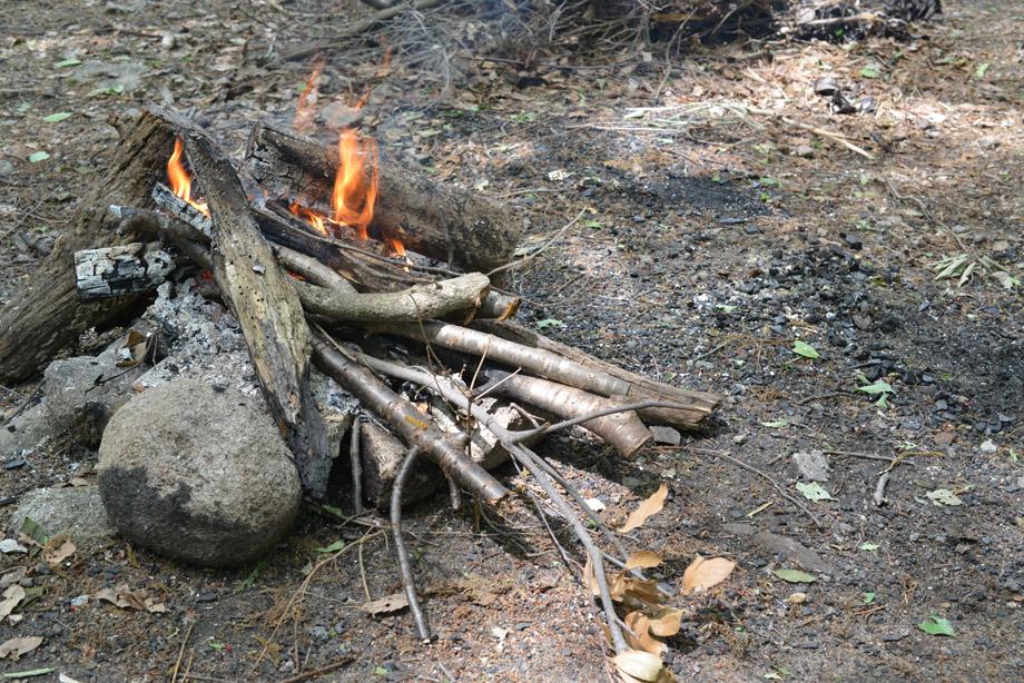 薪どうしを重ねるとすぐ火が