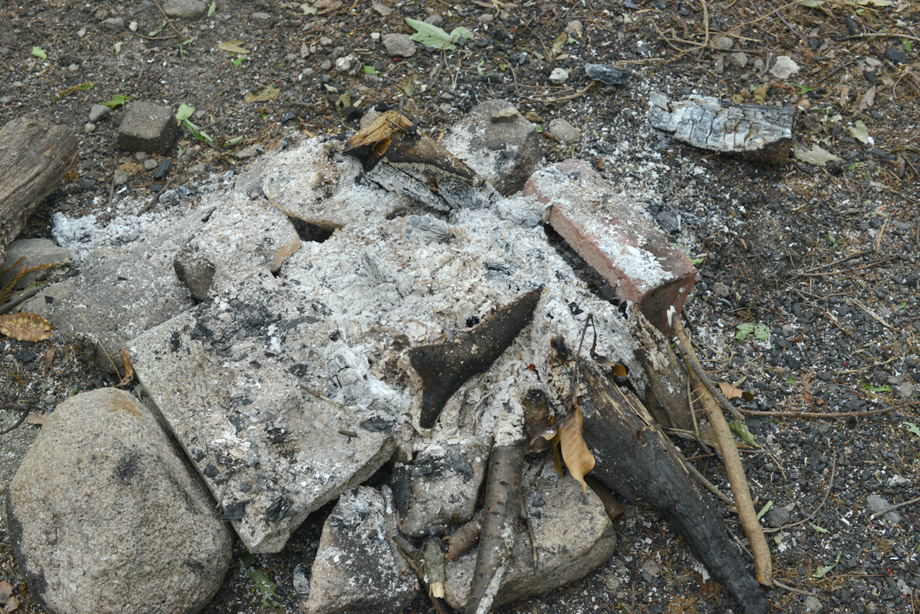 焚き火のあとは白い灰