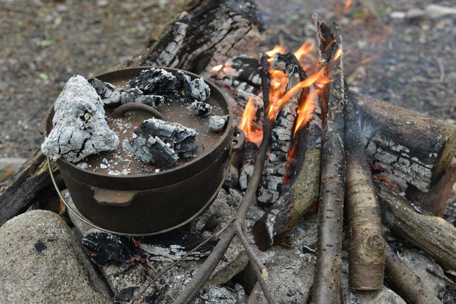 ダッチオーブンの蓋に炭を置く