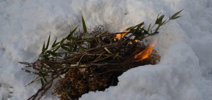 雪の中で焚き火